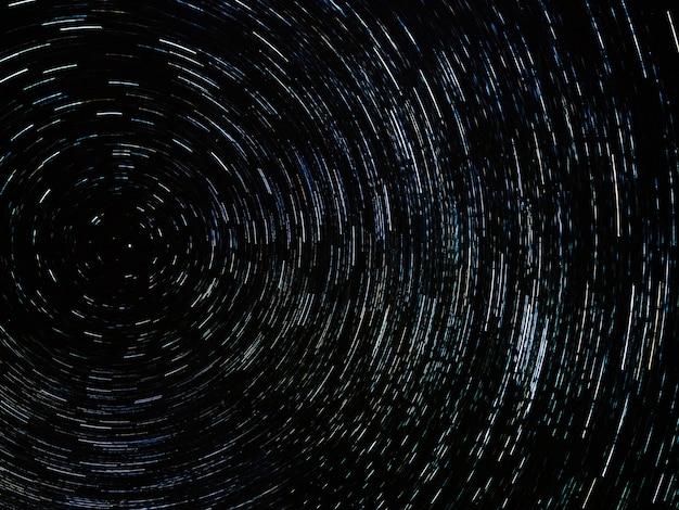 Nocne niebo z szlakiem gwiazdy koło. strzał z długim czasem naświetlania
