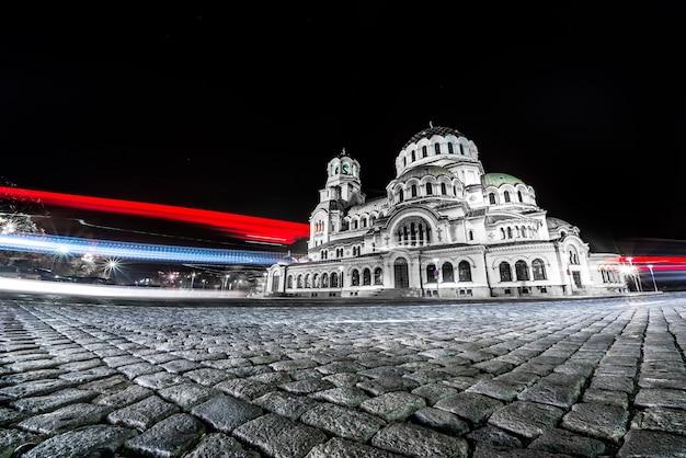 Nocne ujęcie katedry aleksandra newskiego w sofii, bułgaria