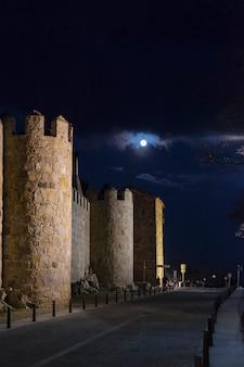 Nocne widoki średniowiecznego miasta otoczonego murem avila w hiszpanii