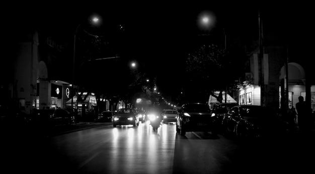 Nocne zdjęcie z greckiej ulicy