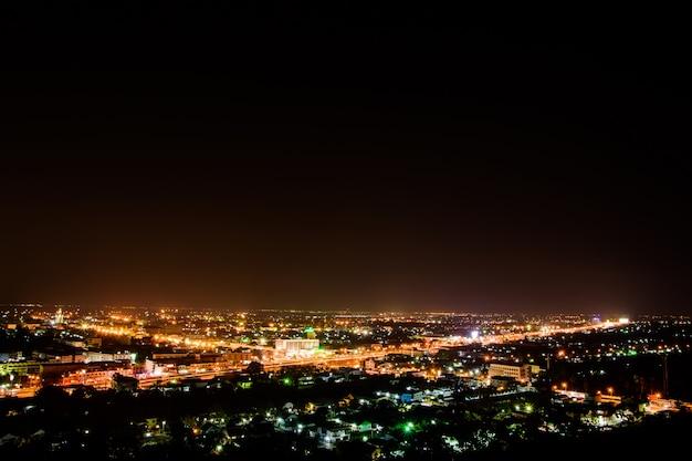 Nocne zdjęcie z miasta phetchaburi
