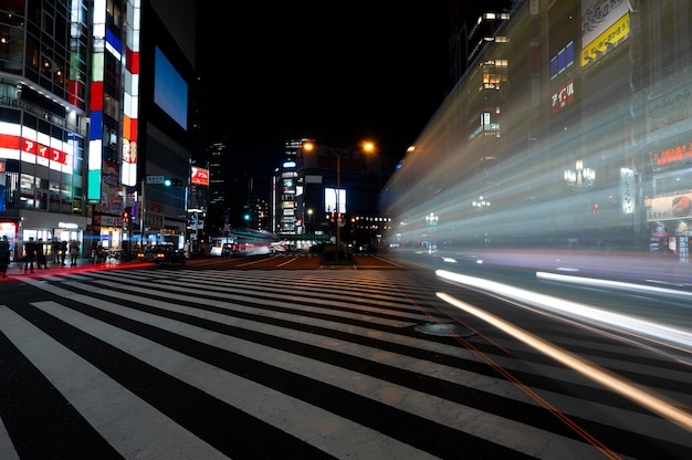 Nocne życie miasta błyszczy światłem