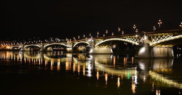 Nocny budapeszt, most małgorzaty nad dunajem, odbicie nocnych świateł na wodzie