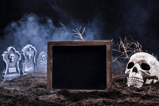 Nocny cmentarz z czaszką i czarny znak