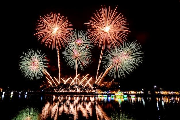 Nocny festiwal sztucznych ogni na nowy rok