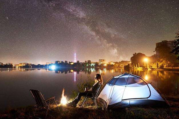 Nocny kemping nad brzegiem jeziora