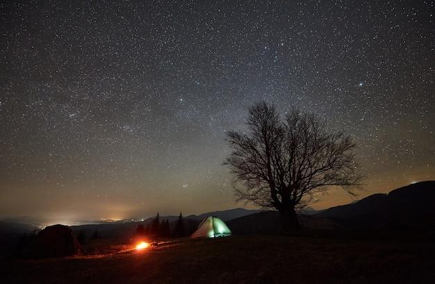 Nocny kemping w górskiej dolinie pod rozgwieżdżonym niebem