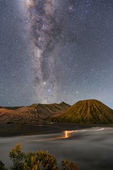 Nocny krajobraz górski i galaktyka drogi mlecznej