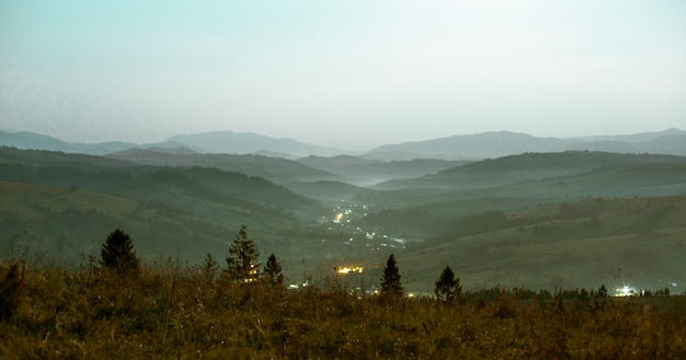 Nocny krajobraz górski światło tonalne perspektywy