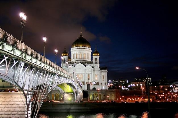Nocny krajobraz mostu przez rzekę moskwę i soboru chrystusa zbawiciela w moskwie
