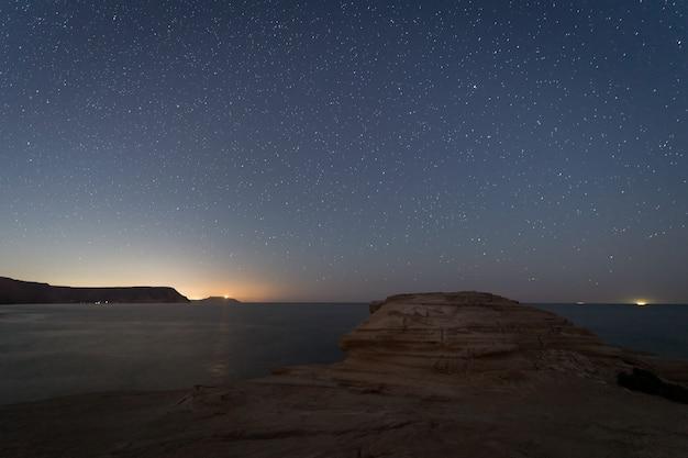 Nocny krajobraz na plaży