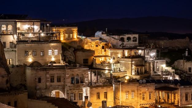 Nocny krajobraz w göreme, kapadocja, turcja.