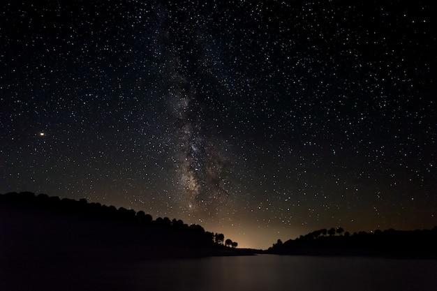 Nocny krajobraz z drogą mleczną w pobliżu granadilla. extremadura. hiszpania.