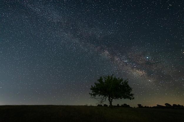 Nocny krajobraz z drogą mleczną w pobliżu malpartida de caceres. extremadura. hiszpania.