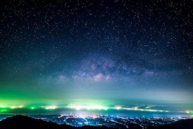 Nocny krajobraz z kolorową drogą mleczną