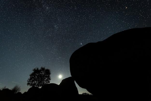 Nocny krajobraz z księżycem w barruecos. estremadura. hiszpania.