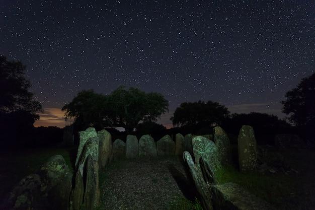 Nocny krajobraz ze starożytnymi prehistorycznymi dolmenami.