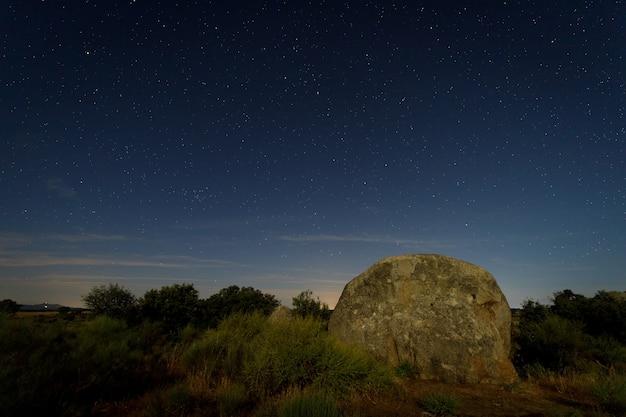 Nocny krajobraz ze światłem księżyca w barruecos natural area extremadura hiszpania