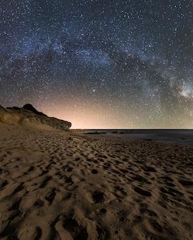 Nocny krajobraz złożony na plaży w parku przyrody południowego wybrzeża hiszpanii
