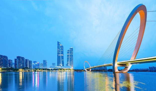 Nocny most i panoramę miasta nanjing, chiny