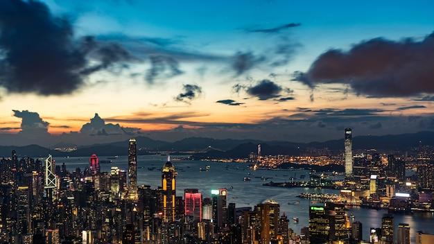 Nocny pejzaż hongkongu ze szczytu victoria.