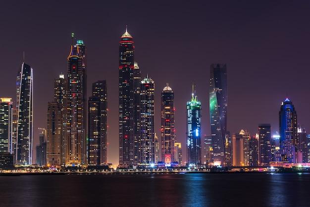Nocny pejzaż miasta dubaj, zjednoczone emiraty arabskie