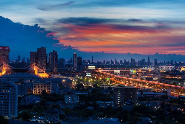 Nocny pejzaż piękny miejski w bangkoku w tajlandii