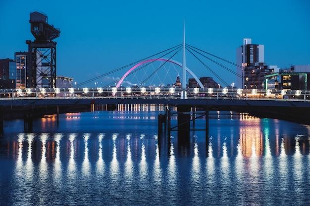 Nocny pejzaż z dwoma mostami na rzece clyde, glasgow, szkocja