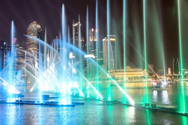 Nocny pokaz laserowy fontann w singapurze w pobliżu marina bay sands w nocy