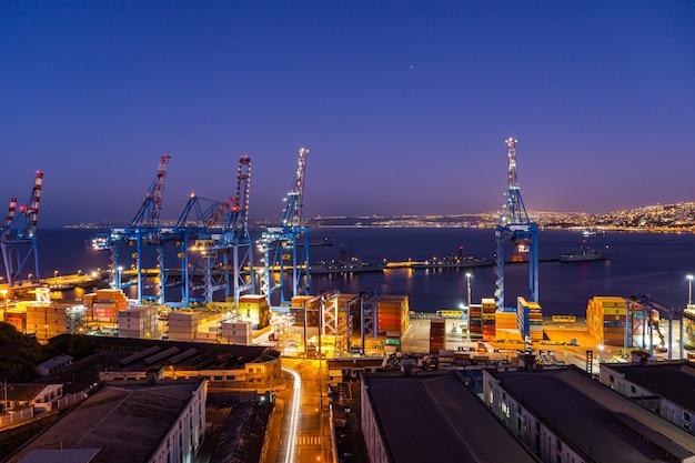 Nocny port valparaiso z magazynami i kontenerami