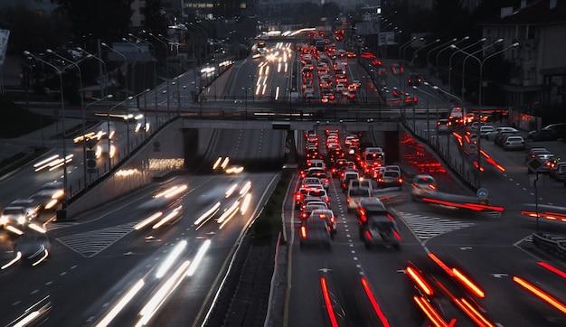 Nocny ruch uliczny. wiele lampek czerwonych i białych