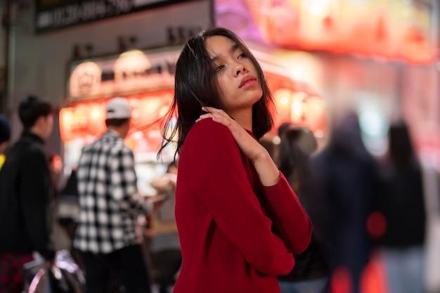 Nocny styl życia w mieście z młodą kobietą