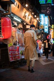 Nocny styl życia w mieście z młodą osobą