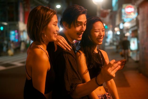 Nocny styl życia w mieście z młodymi ludźmi
