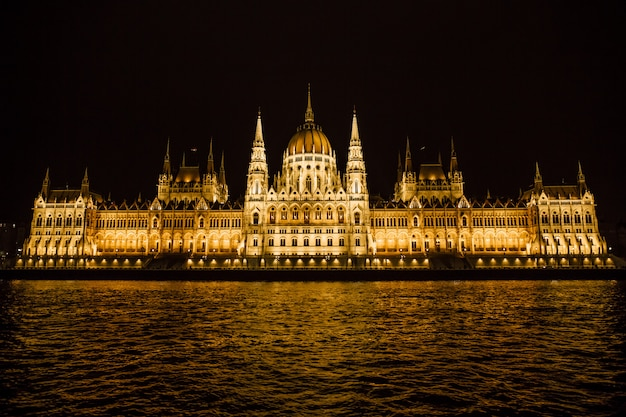 Nocny węgierski parlament w budapeszcie