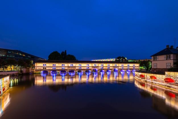 Nocny widok barrage vauban w strasburgu, francja.