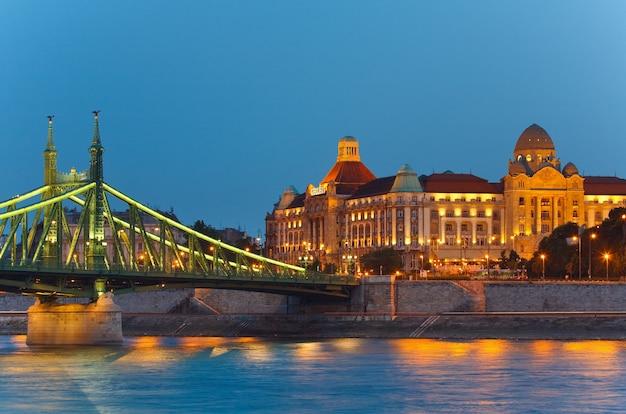 Nocny widok budapesztu. długa ekspozycja. węgierskie zabytki, freedom bridge i gellert hotel palace.
