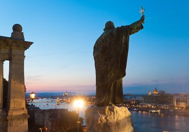 Nocny widok budapesztu. pomnik biskupa gellerta.
