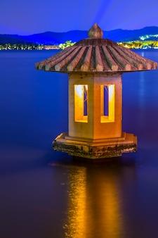 Nocny widok chiny zachód słońca jezioro łodzi