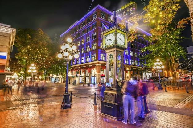 Nocny widok historycznego zegara parowego w gastown vancouver, kolumbia brytyjska, kanada