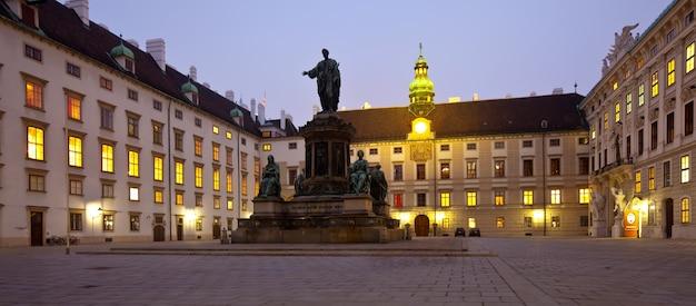 Nocny widok hofburg palace. wiedeń