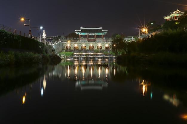 Nocny widok hwahongmun w suwon w korei
