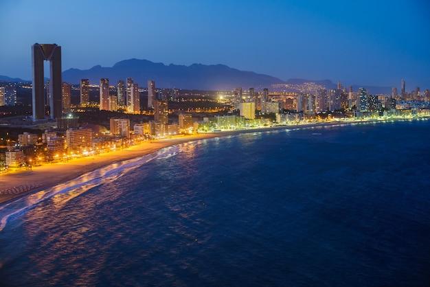 Nocny widok linii brzegowej w benidorm z światła miasta