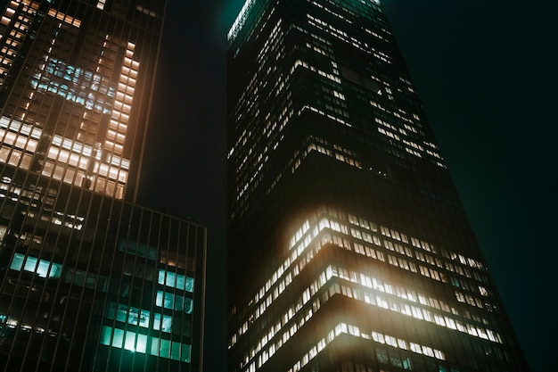 Nocny widok miasta metra