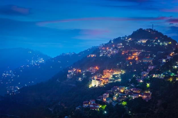 Nocny widok miasta shimla, himachal pradesh, indie