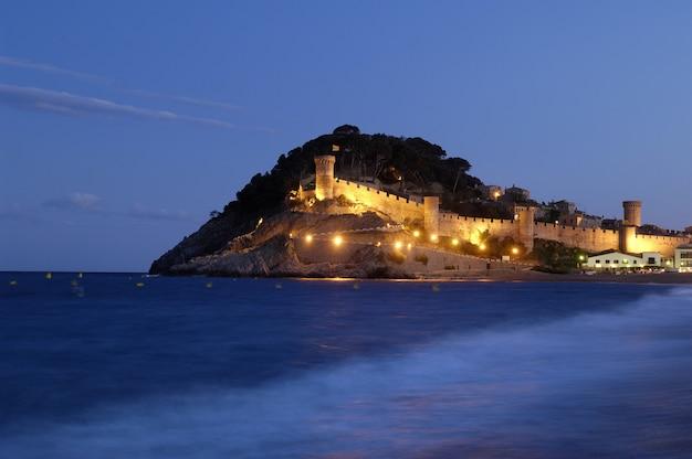 Nocny widok miasta tossa de mar, costa brava, prowincja girona, hiszpania