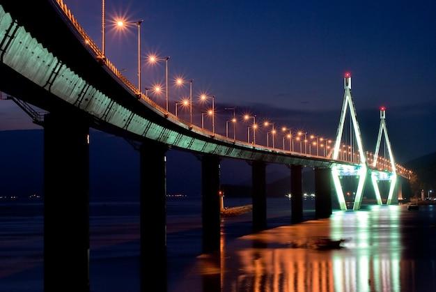 Nocny widok na diamond bridge, busan w korei południowej