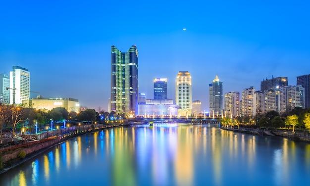 Nocny widok na kanał w hangzhou