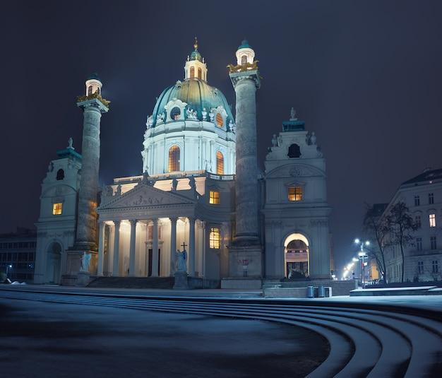Nocny widok na karlskirche (kościół św. karola) w wiedniu ze śniegiem