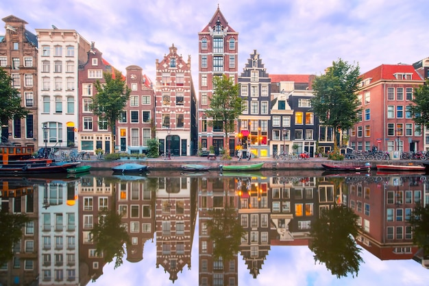 Nocny widok na miasto z kanału amsterdam herengracht